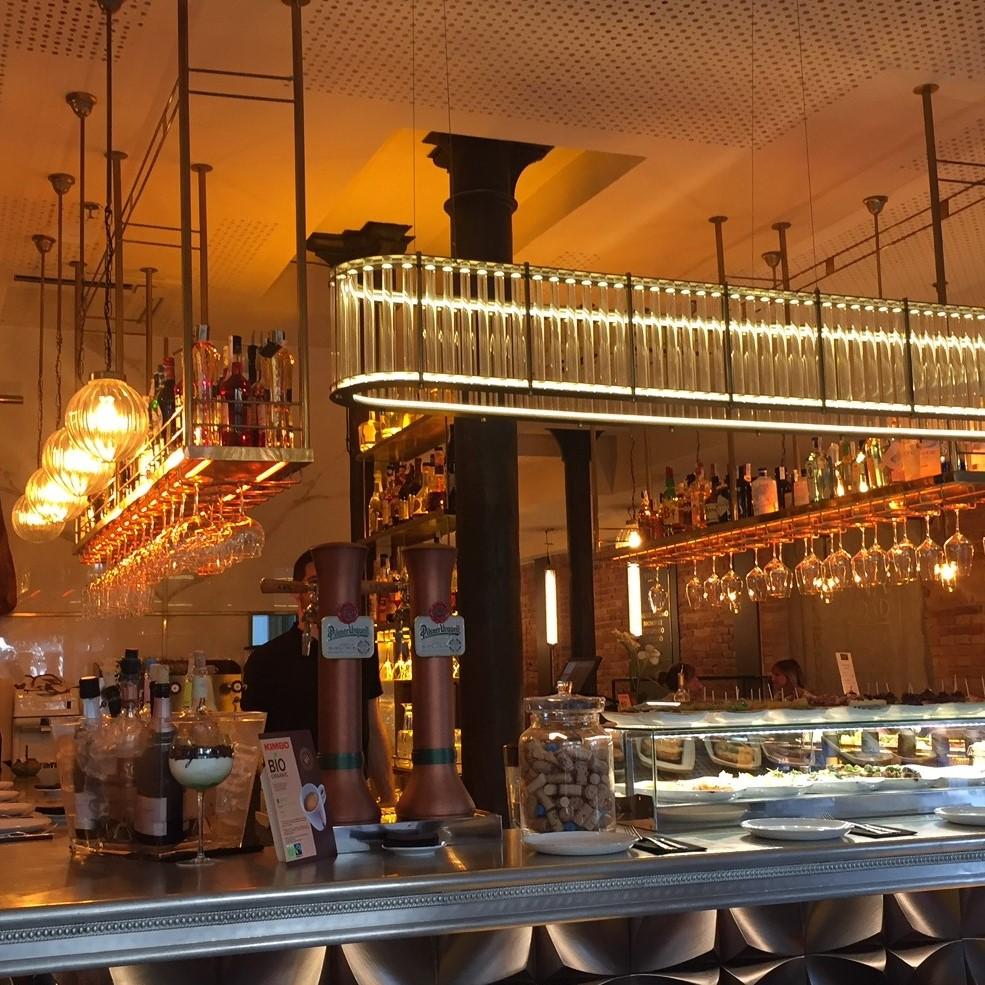 Lámpra colgante con tubos de crsital en Vivo Tapas Restaurant de Barcelona