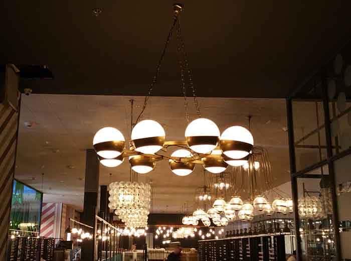 Lámparas colgantes de techo de diseño de interior en Restaurante Muerde la Pasta en Mataró y Madrid