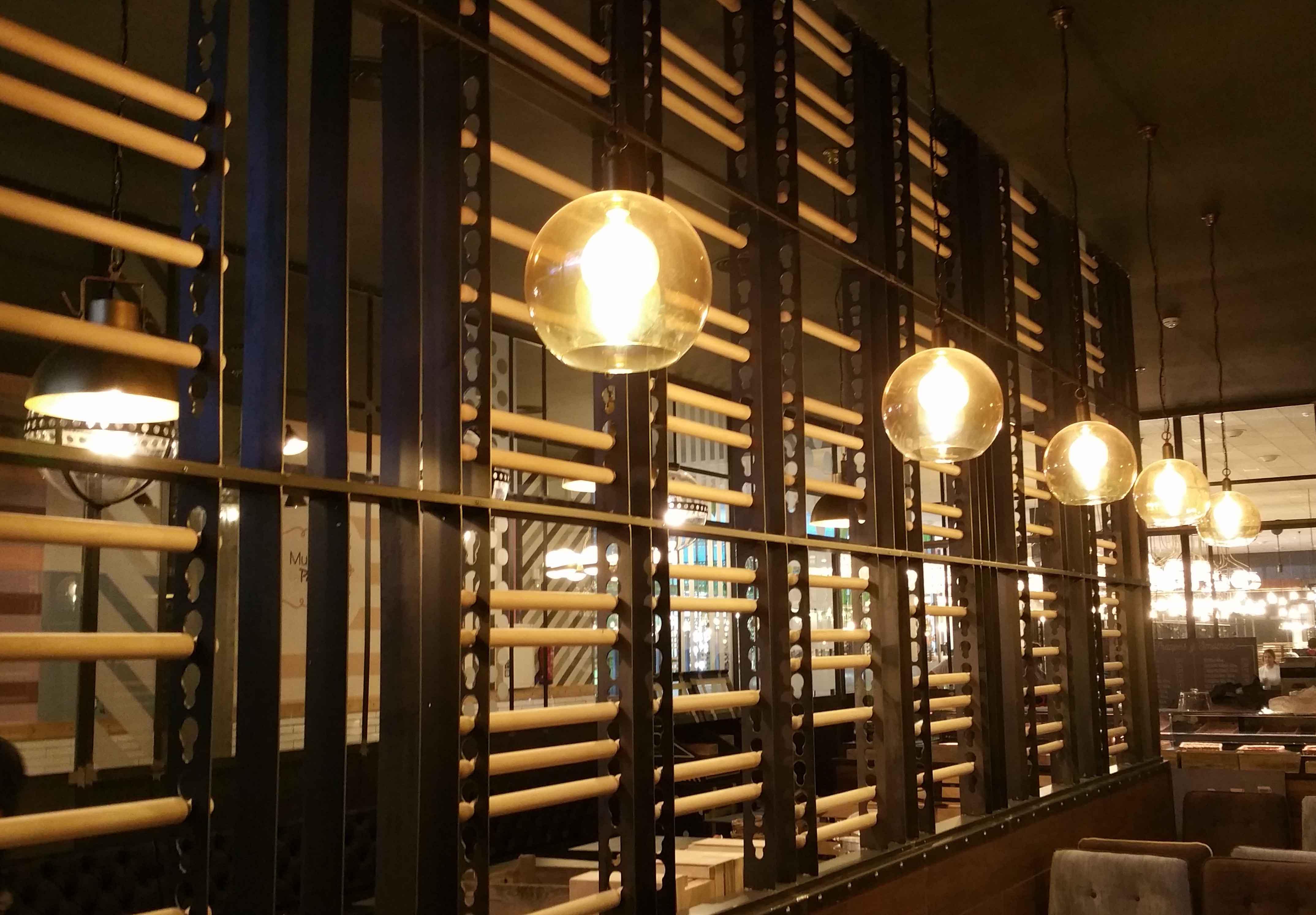 lámparas de techo de diseño en Restaurante Muerde la Pasta en Mataró y Madrid