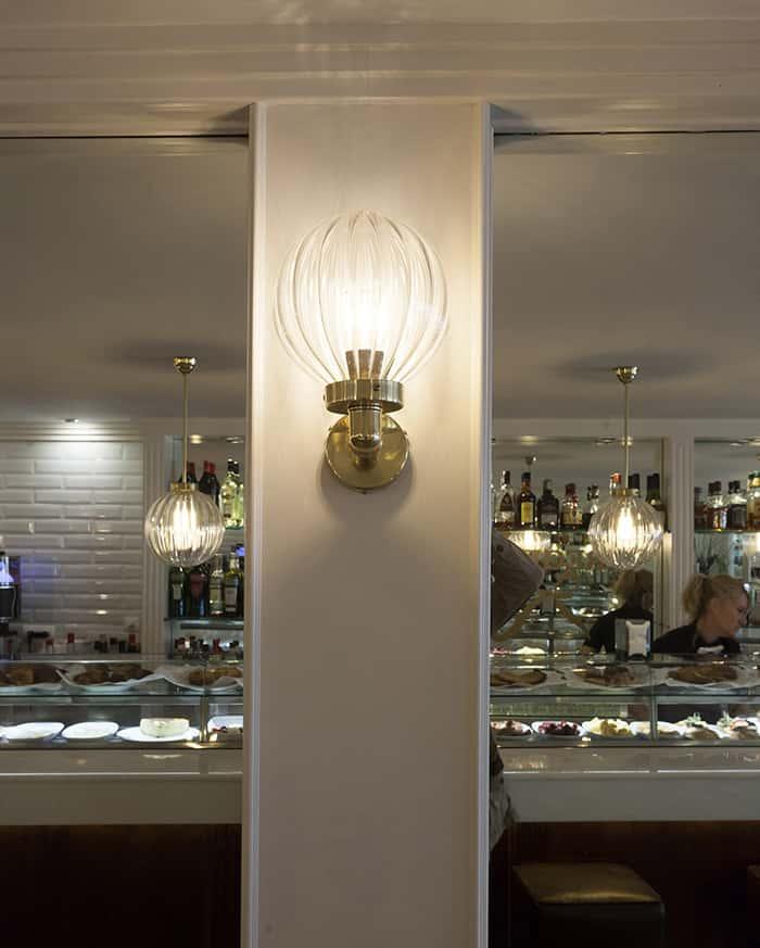 Aplique de pared bola de cristal rallada en Cafetería Regine de Tarragona