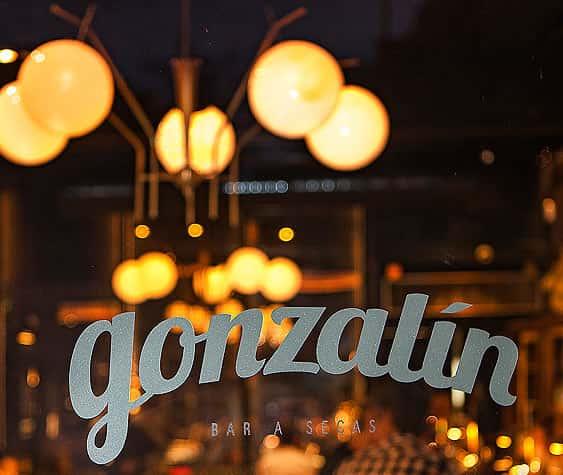 Lámpara de techo con bolas de cristal en Restaurante Gonzalín en Madrid