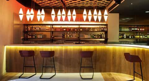 Diseño interior de muebles y lámparas en Casino Ibiza por Patricia Urquiola