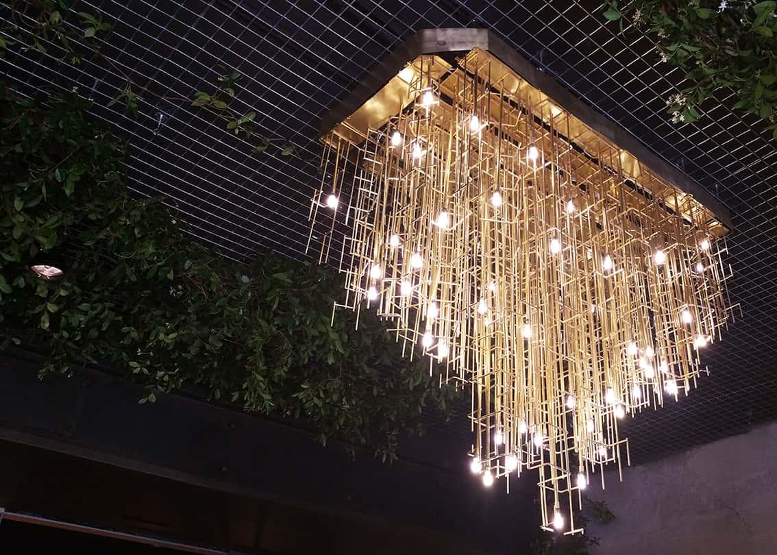 Lámpara de techo colgante vintage de gran formato en Restaurante La Paisana de Casa Gracia de Barcelona