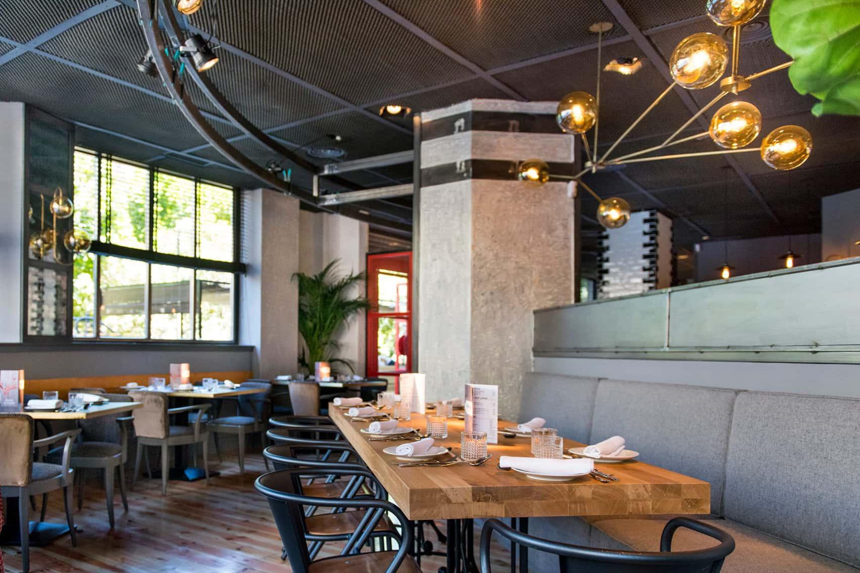 Lámpras de techo con tulipa de cristal en Restaurante Sasha Boom de Madrid