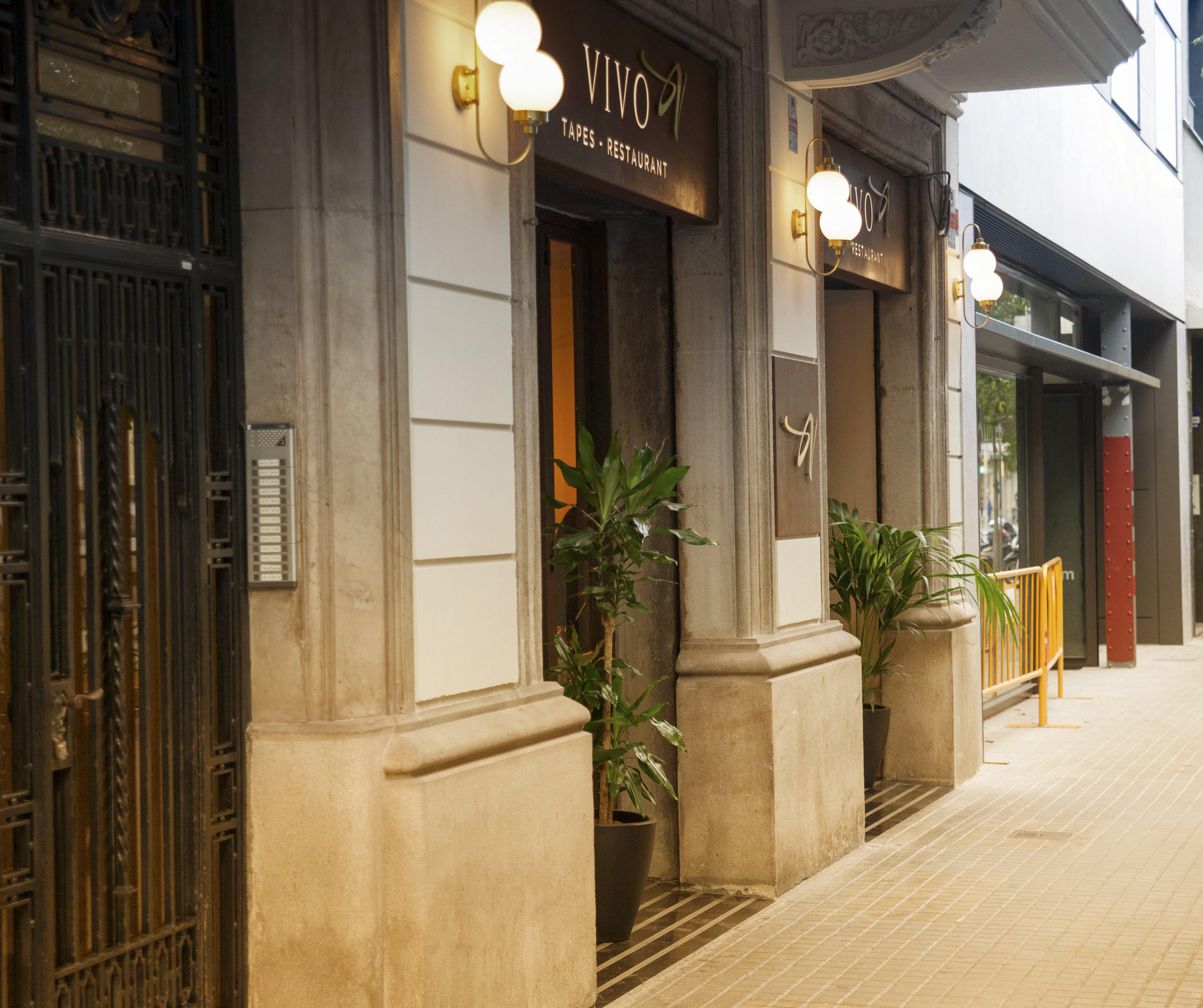 Aplique de pared con doble bola de cristal opal en Vivo Tapas Restaurant de Barcelona