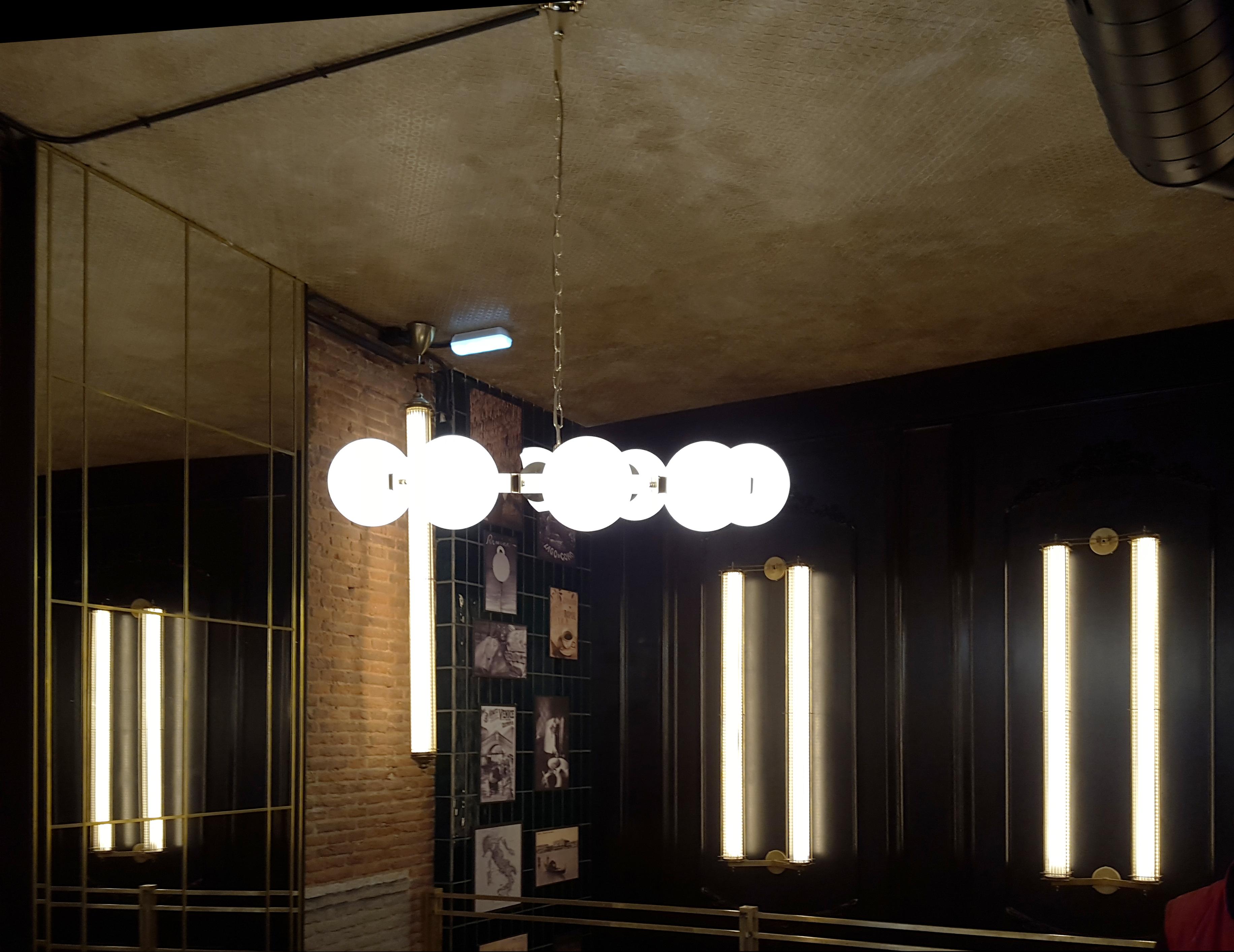 Lámparas de techo colgantes bolas opal en Restaurante La Focaccella de Madrid