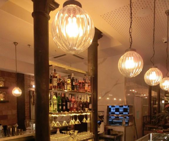 Lámparas de techo colgantes en Vivo Tapas Restaurant de Barcelona