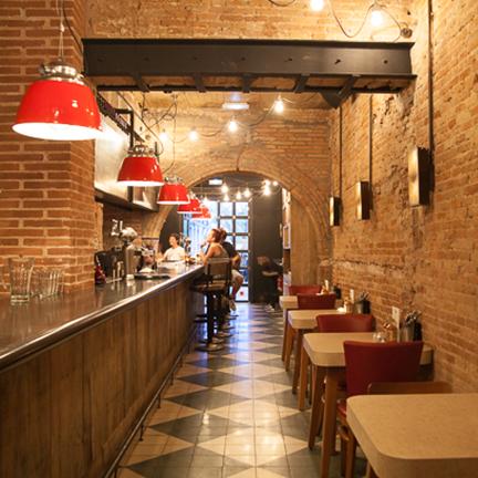 Lámpara de techo de diseño en Restaurante Chicken Shop de Barcelona