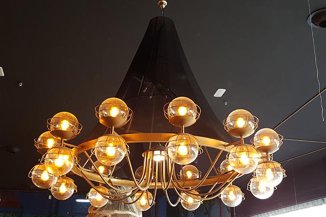 Lámpara de techo colgante en Restaurante Muerde la Pasta de Valencia