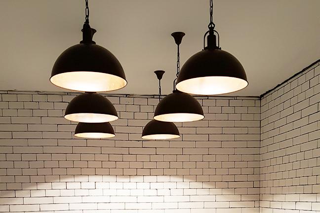 Lámparas de techo colgantes para salones estilo industrial negro en Restaurante Muerde la Pasta de Valencia