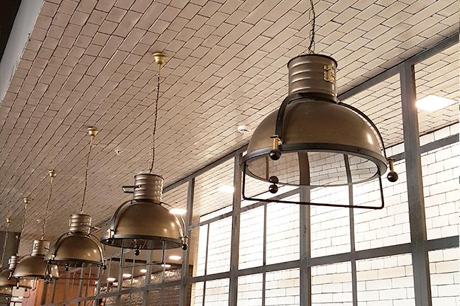 Plafones y lámparas de techo estilo industrial en Restaurante Muerde la Pasta de Valencia