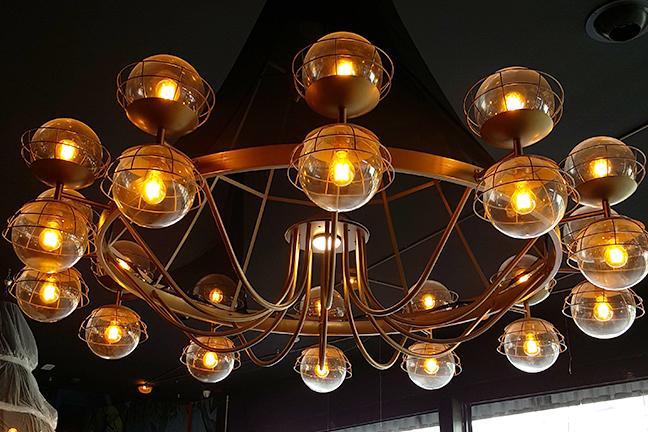 Decoración e iluminación de lámparas de techo colgantes en Restaurante Muerde la Pasta de Valencia