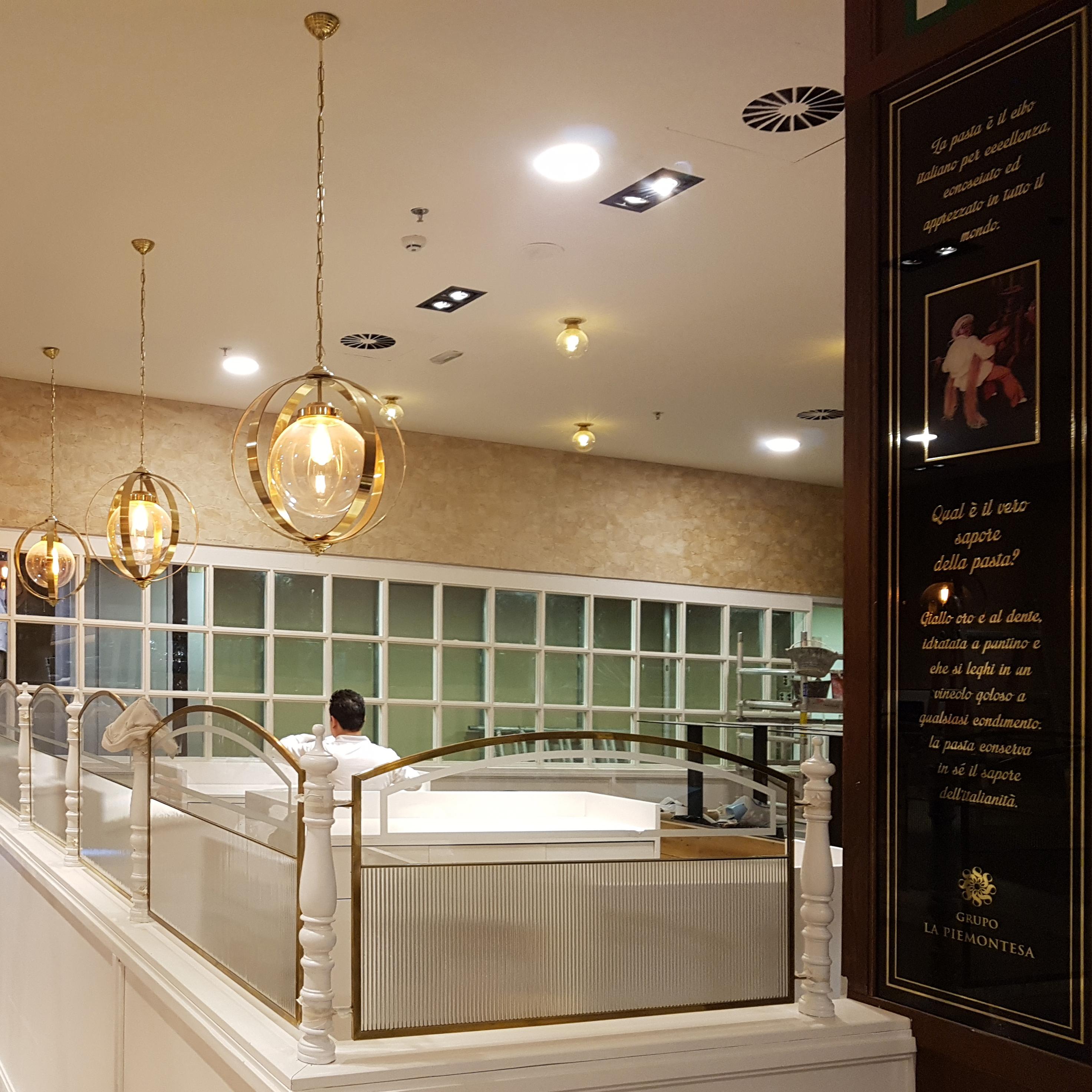 Lámpars de techo colgantes transparentes en Cadena de Restaurantes La Piamontesa en Tarragona y Madrid