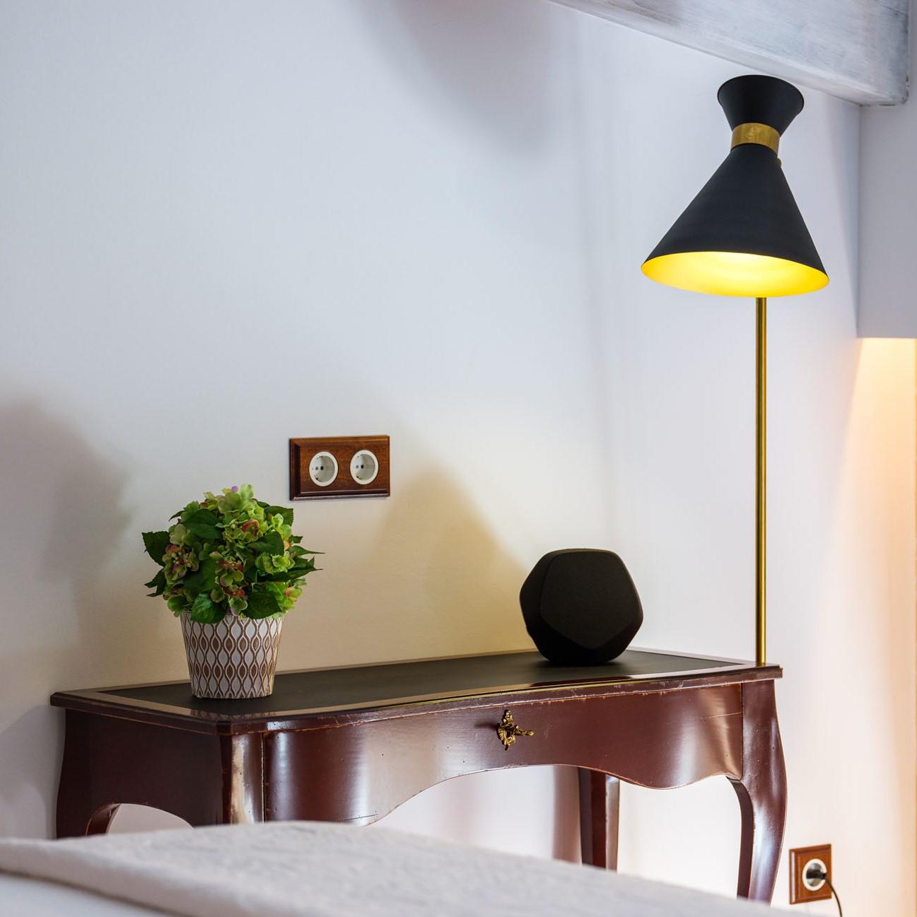 Lámpara de diseño de pie en hotel gloria de sant jaume