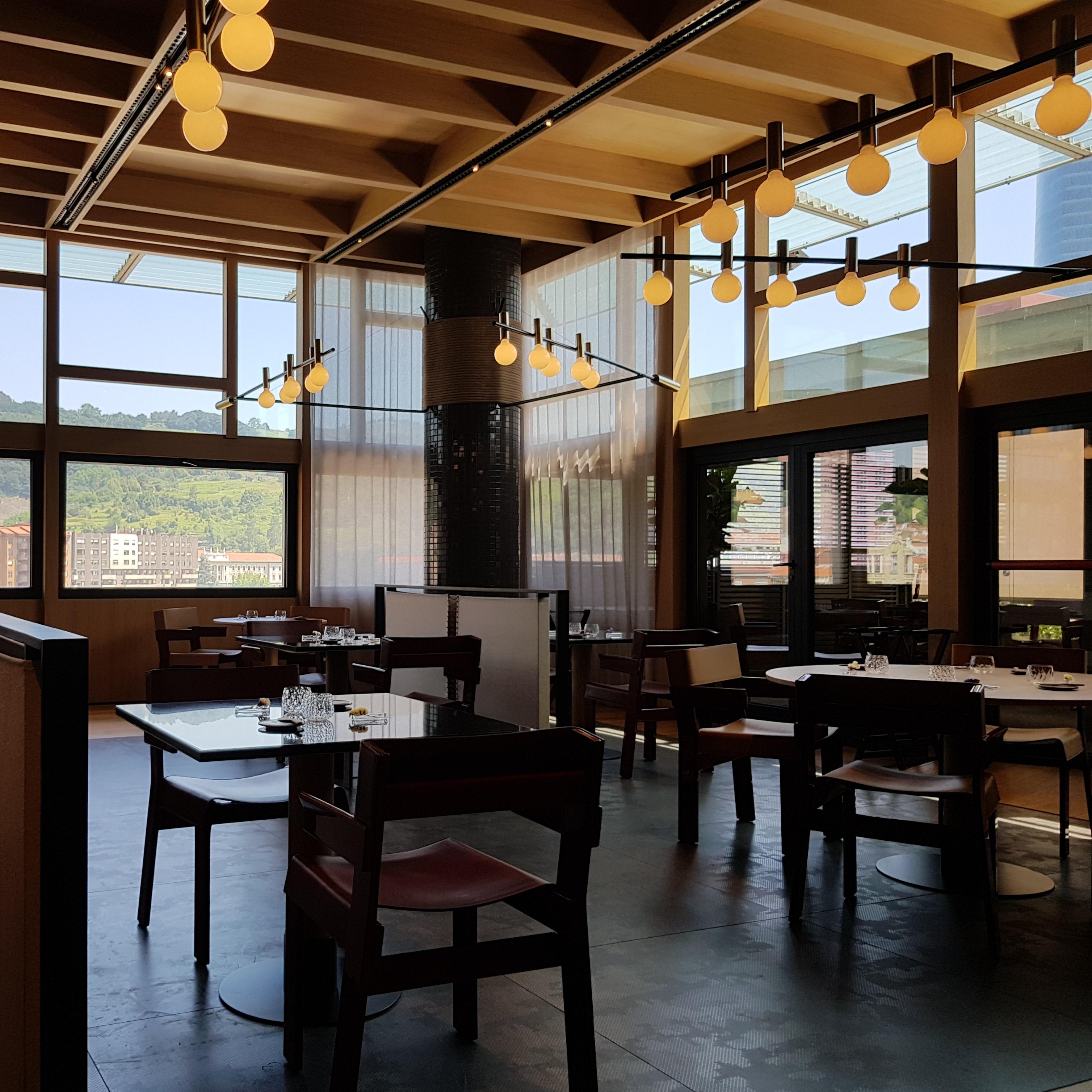 Lámparas colgantes de diseño en el restaurante eneko bilbao patricia urquiola