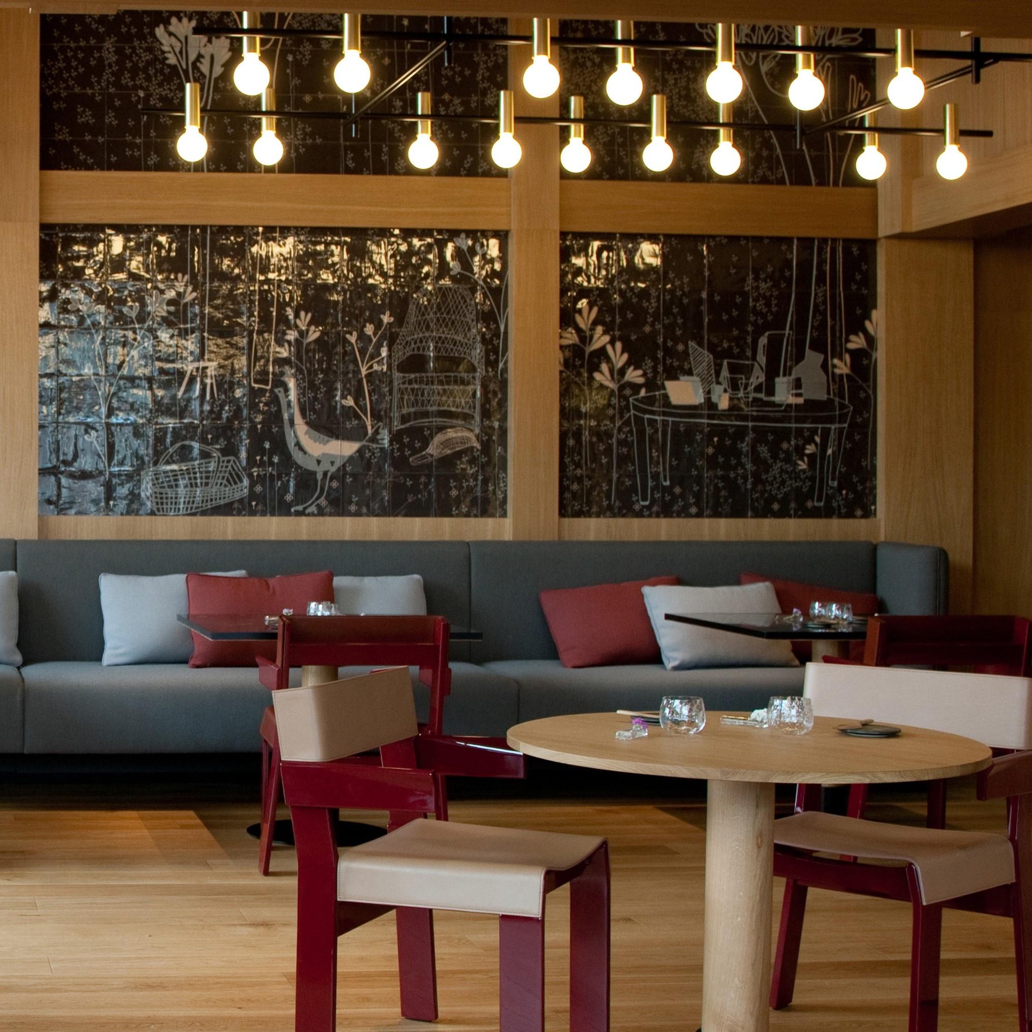 Lámpara colgante en el restaurante eneko bilbao patricia urquiola