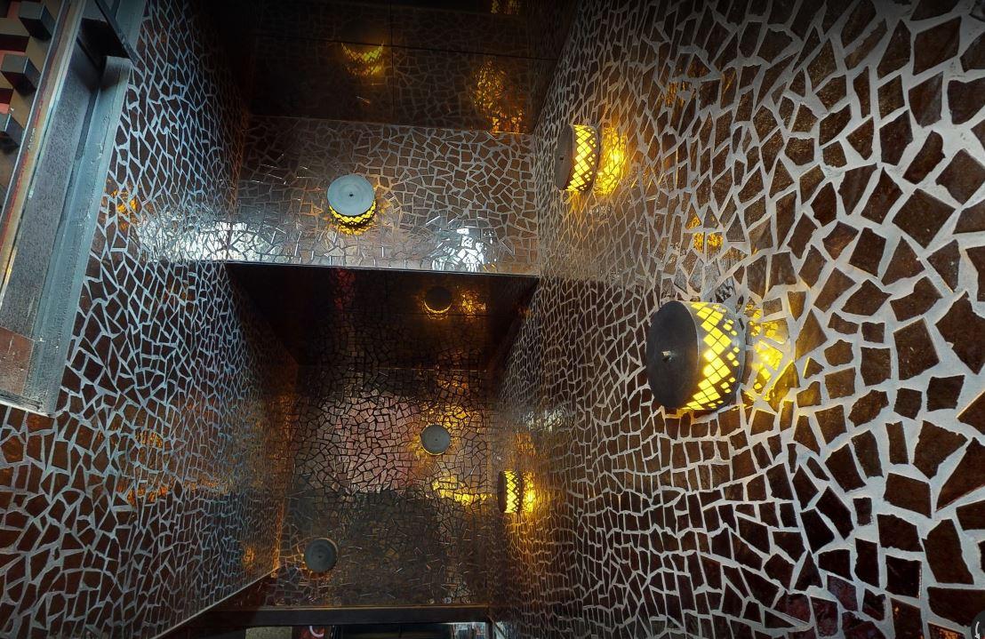 lamparas de pared doradas en discoteca